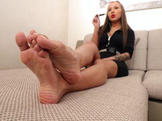 noemi's world – beatrix rubs her smooth soles
