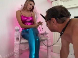 American Mean Girls – Princess Mia Picks Her Pet Pig