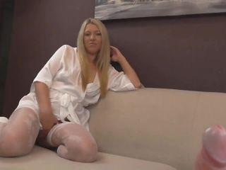 hairy pussy auf einem stuhl sitzend