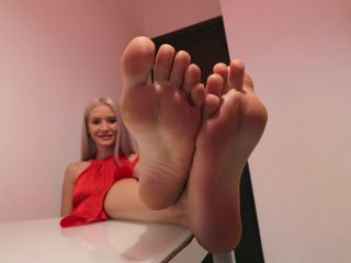 Noemi s World – Barbara – This blonde knows what to do with her feet