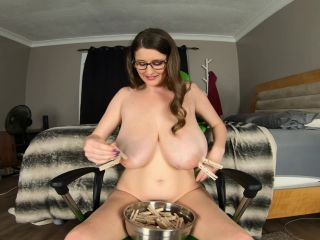KCupQueen – How Many Clothespins Fit on My Titties