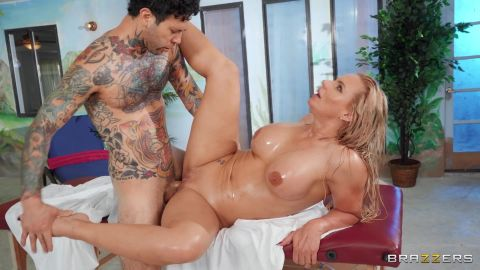 Phoenix Marie - A Wet And Oily Massage [FullHD 1080P]