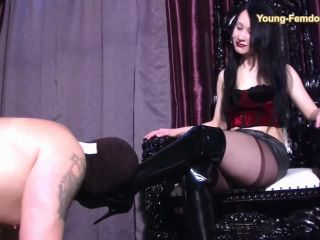 Nylon Worship – YOUNG-FEMDOM- Brutal German Girls – Test the new Homeslave – Mona