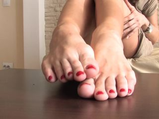 Legs – Noemi's World – Beautiful Kitty rubbing her soles