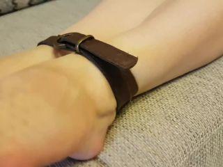 Barefoot – Rina Foxxy – feet bondage