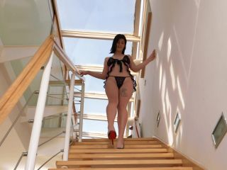 – Nessie Blue – Nessie on the staircase – 2021-03-10