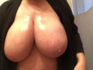 Kateskurves - Lotions Up and Shakes her Big Boobs - FullHD