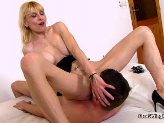 Smothering 6946 Lean amateur mom Roberta fleshy cunt eating
