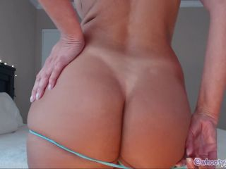 Sexy mom with pretty feet and big ass on cam