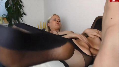 Anni-Trinity - Nylon-Catsuit Girl Footjob, Ficken und ganz viel Sperma! [HD 720P]