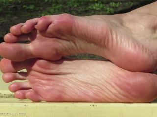 Toes fetish – Hania in the park 3