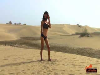 Online shemale video Jerking in the desert