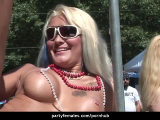 Babe dances on poll and flashes sy to crowd