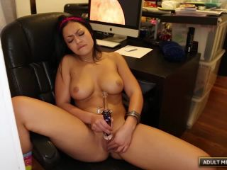 Porn tube Karissa just got the perfect toy for her pussy