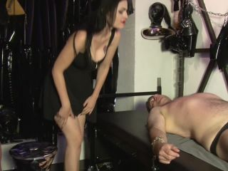 Facesitting – Mistress Blackdiamoond – Face riding and breath reduction – Lady Alice