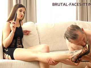 Brutal-Facesitting – Melanie Mayer