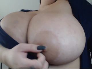3424Webcam Amateur busty woman shows her boobs -