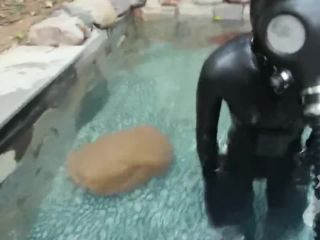 Breathplay in water with gasmask -