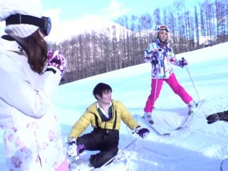 326EVA-126 Instructor-class snowboarding beauty on the slopes! For the first squirting, the voltage MAXs squirting shaved pussy is stabbed and a large amount of semen is facially shot and snow makeup ww