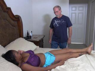 Rachel Raxxx gibt Tittenjob mit ihren Mammuttitten und wird zwischen verschiedenen Rassen gefickt