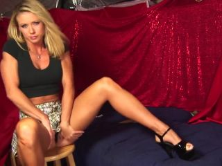 Sexxxy muscular chick toys her cunt