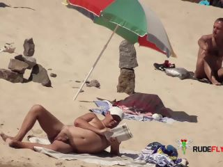 Dame wife on nude plage