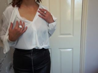 British housewife Cass loves fingering herself