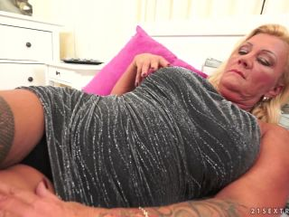 Guy loves sex with blonde mom