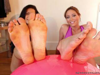 Toes – Vicki and Natalia