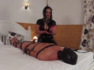 Online Fetish video Latex & Rubber – Kinky Mistresses – The Vac pump – Mistress Ezada Sinn