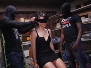 Amandine – Indecentes-Voisines – Mère de famille en manque gang-banguée dans une cave du 9.3 !