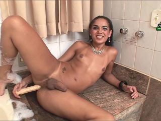 Online shemale video Nicolly Guttier Gets Wet