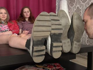 UNDER GIRLS FEET – Linda, Angie – Lick Dirt From Our Boots Loser