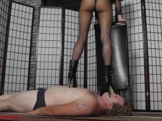 Facestanding – Mistress Ariel – Contorted face