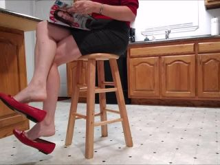 Shoe loss – Mo Rina – dipping dangling amp shoeplay in flats