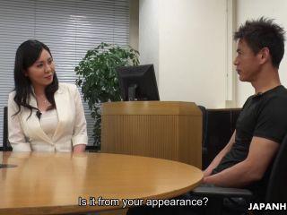 Nachrichtensprecherin Miyuki Ojima wird gespielt und lutscht Schwänze bei der Arbeit