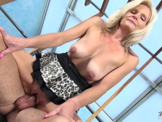 Fakeshooting busty mom with