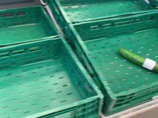 devil-sophie - Public im Einkaufsladen - Gurke und Moehren eingefuehrt ...