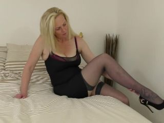 Naughty British housewife Suzie loves playing with herself