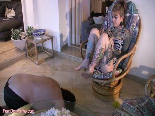Mistress Jezabel, Lady Bellatrix - Lick Our Dirty Feet, dia zerva femdom on lesbian girls