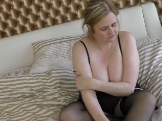 British curvy housewife playing with herself*