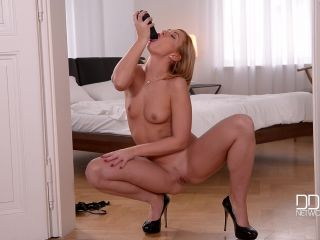 Tracy Lindsay aka Tracy Delicious - Ask And You Shall Receive - Blondie Rides Her Giant Dildo