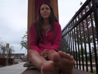 Toes pointing – COURTNEY
