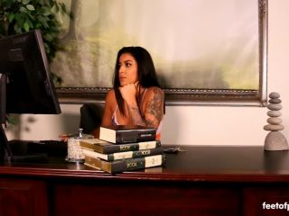 Online Fetish video Foot worship – Feet of Philly – Mia Martinez – You Seem Distracted