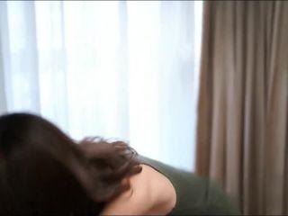 Shapely tempernt beauty yoga teacher Mandarin to explain the teaching b