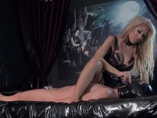 Trample attack - Sexy Mistress Face-Sitting