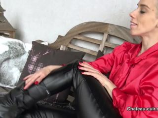 Chateau-Cuir – Nesty  – Red hot in leather pants
