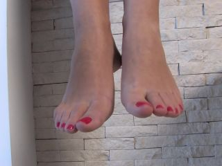 Toe wiggling – Noemis World – Beautiful Alexia showing her smooth soles