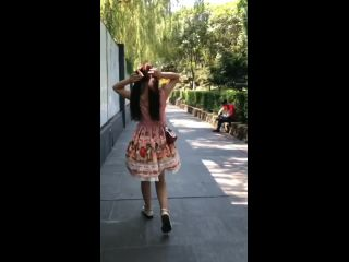 Double Horsetail lo girl on the street naked he dance