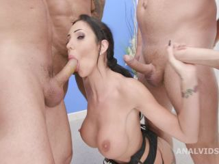 Booty MILF Laura Fiorentino gets fisted in her prolapse anal
